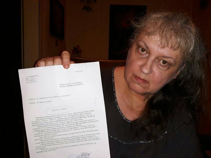 Smiljana Ilic iz Kladova pokazuje dokument