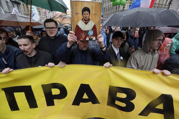 Demonstranti protestuju protiv blokade interneta sa slikom osnivača