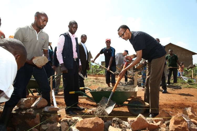 President Kagame joins Masaka residents in Umuganda to build homes for for survivors of the genocide against the Tutsi. (Paul Kagame)