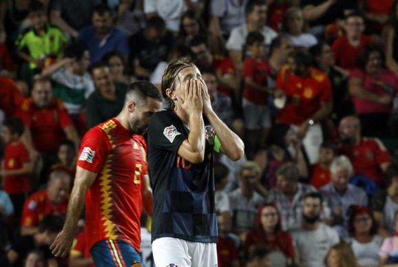 Luka Modrić u neverici na meču sa Španijom