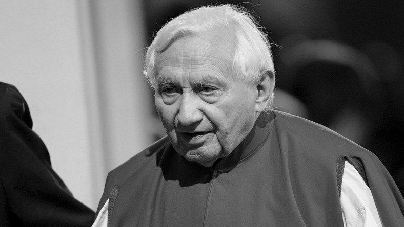 epa08520016 (FILE) - Georg Ratzinger, brother of Pope Benedict XVI, attends vesper prayers inside the Basilica of Mariazell, Austria 08 September 2007 (reissued 01 July 2020). According to media reports citing sources in the Regensburg diocese, Georg Ratzinger has died aged 94 in Regensburg on 01 July 2020. EPA/HELMUT FOHRINGER AUSTRIA OUT Dostawca: PAP/EPA.