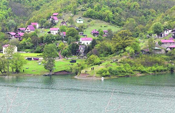 Tragedija se dogodila dok je Grozdan Petković bio na pecanju sa sinom i unukom na Bovanskom jezeru