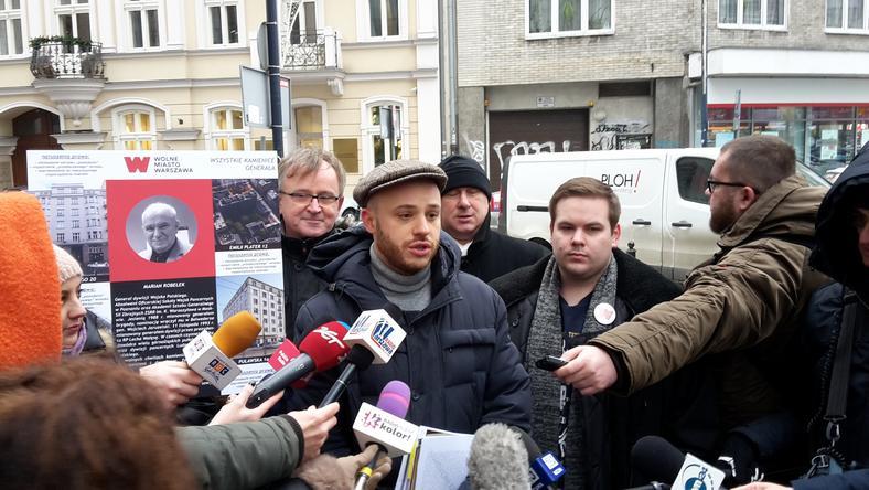 Jan Śpiewak (w środku) i inni członkowie stowarzyszenia Wolne Miasto Warszawa ujawnili nowe fakty na temat tzw. dzikiej reprywatyzacji