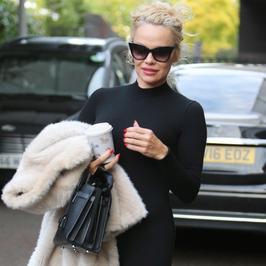Pamela Anderson wraca do formy! Czarny kombinezon podkreślił jej smukłą talię