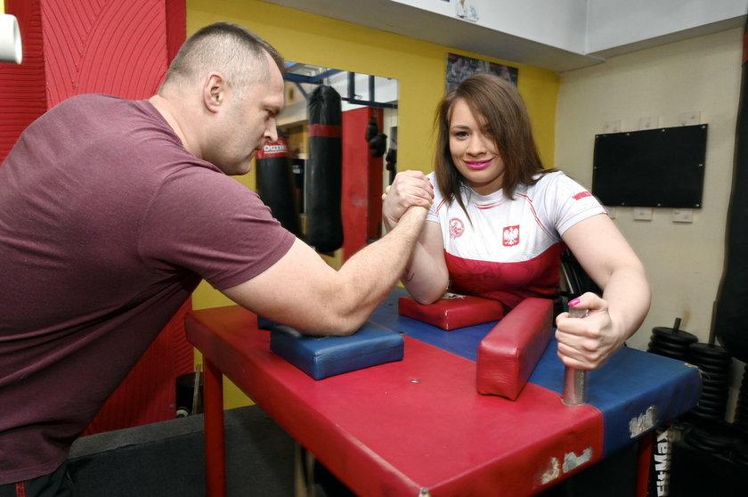 Dolnośląskie: Mistrzyni armwrestlingu kładzie na rękę nawet facetów