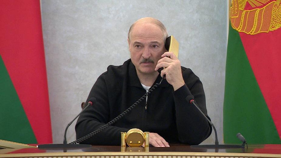 Prezydent Białorusi Aleksander Łukaszenko podczas konferencji dzwoni do Pałacu Niepodległości w Mińsku