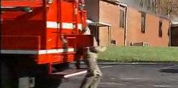 Strażacy potrącili głuchoniemego. WIDEO!