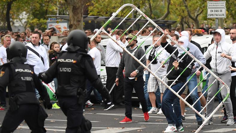 W internecie znalazły się też amatorskie filmy nagrane telefonami komórkowymi w okolicach stadionu Santiago Bernabeu. Widać na nich m.in. funkcjonariuszy policji na koniach, próbujących uspokoić kilkudziesięcioosobową grupę w bluzach Legii.