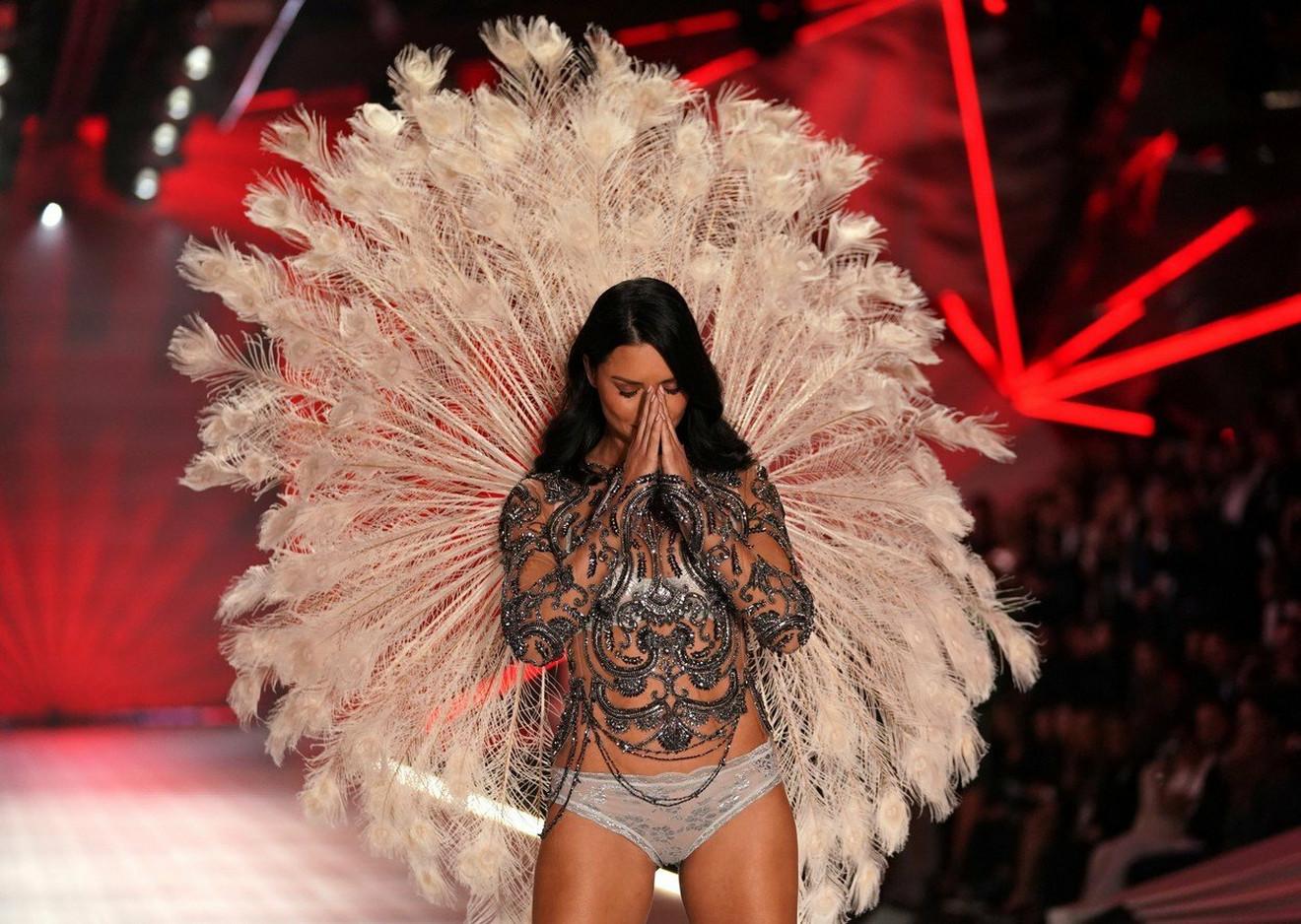 Adrijana Lima je sinoć poslednji put prošetala sa krilima na leđima