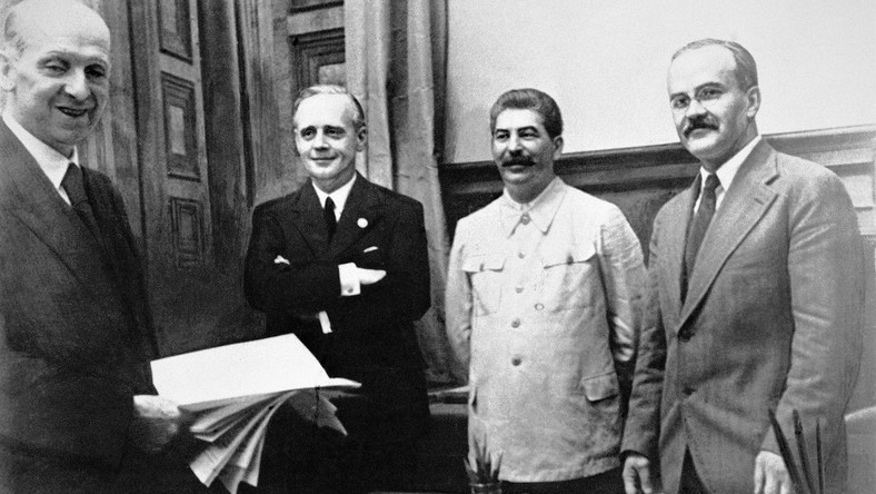 23 sierpnia 1939 roku w Moskwie. Od lewej stoją: szef działu prawnego niemieckiego MSZ Friedrich Gauss, niemiecki minister spraw zagranicznych Joachim von Ribbentrop, Józef Stalin oraz minister spraw zagranicznych ZSRR Wiaczesław Mołotow