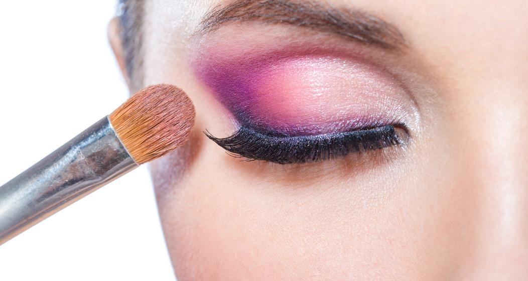 Scharfe Linien im Lidschatten, die sich bei Smokey-Eye-Looks nicht finden lassen, sind typisch für das angesagte Cut-Crease-Make-up.