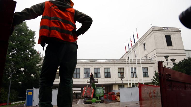 Wiadomo przy tym, że najwcześniej, bo już we wrześniu do użytku oddane mają zostać dwa podziemne pomieszczenia dla posłów. W jednym z nich mają się znaleźć skrytki poselskie, a w drugim - zaplecze techniczne na potrzeby obrad Sejmu. Oba będą się znajdować pod głównym budynkiem Sejmu.