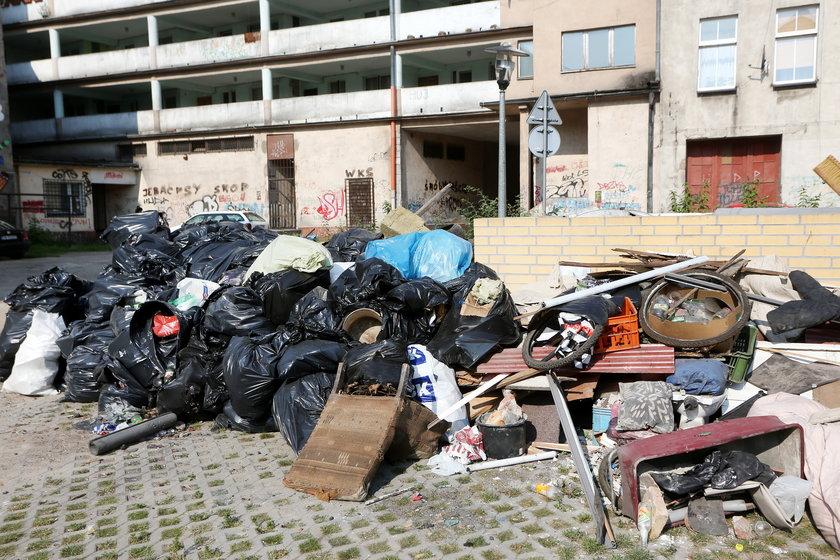 Śmieci na podwórzu