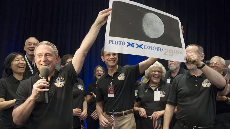 Podczas specjalnej konferencji zaprezentowano najdokładniejsze zdjęcie Plutona, jakie zrobiła sonda. Widać na nim wyraźnie jasne i ciemne plamy na powierzchni planety.