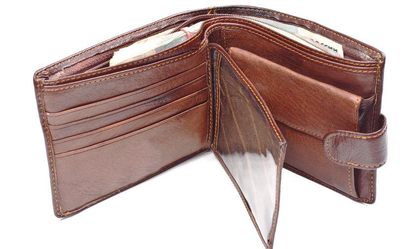 Znalazła w sklepie portfel. Zajrzała do środka i zaniemówiła