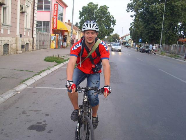Mladi biciklista Aleksa Živković poziva sve građane da se priključe akciji donošenjem sportskih rekvizita u prodavnice sportske opreme ĐAK, do 20. aprila