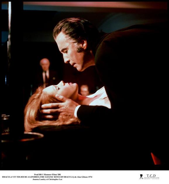 """Kristofer Li kao grof Drakula i Džoana Lamli u filmu """"Grof Drakula i njegova vampirska nevesta"""" iz 1973. godine"""
