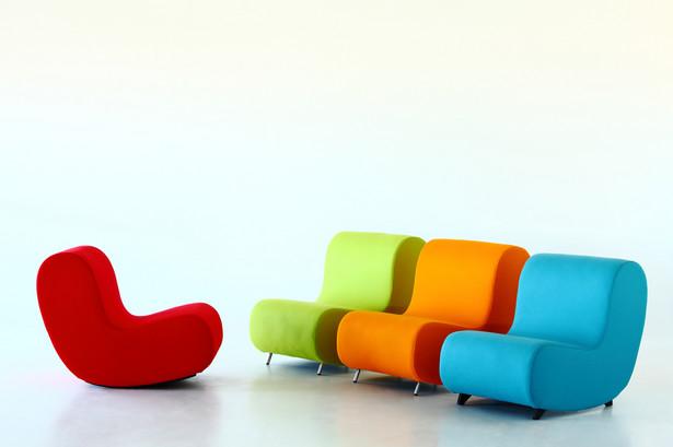 Zacznijmy od tego, że na pewno najłatwiej będzie wprowadzić kolory do mieszkania osobom, które mają je urządzone w monochromatycznych kolorach.