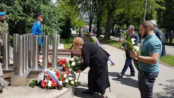 Porodice polažu vence na spomenik stradalima u bombardovanju 1999. godine