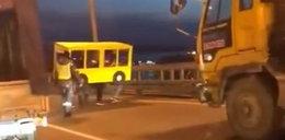 Przebrali się za autobus, żeby przejść przez most. Ten film trzeba zobaczyć!