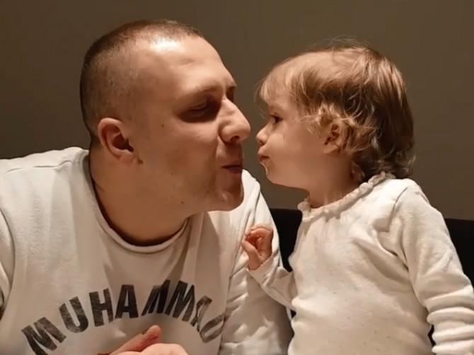 Zašto roditelji ZAISTA ljube decu u usta? Ovo su razlozi i jedan je POSEBNO PROBLEMATIČAN