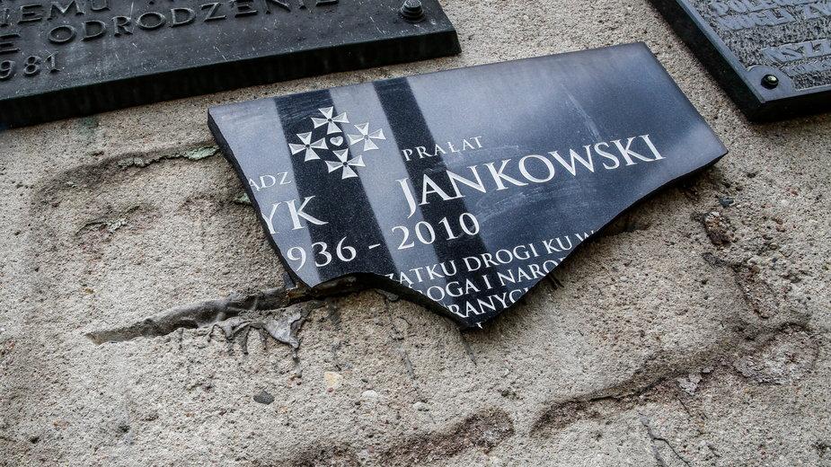 Zniszczona tablica upamiętniająca ks. Henryka Jankowskiego
