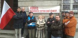 Wściekli mieszkańcy protestowali pod prokuraturą!