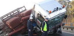 Z ciężarówek wypadło żelastwo. Foty
