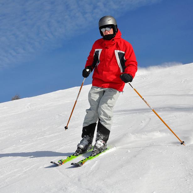 Podczas narciarskiego wypadu na stoku spędza się około 7 godzin dziennie. By nauka nie zaowocowała chorobą należy zaopatrzyć się w ciepłe, wodoodporne i nie przepuszczające wiatru spodnie i kurtkę.