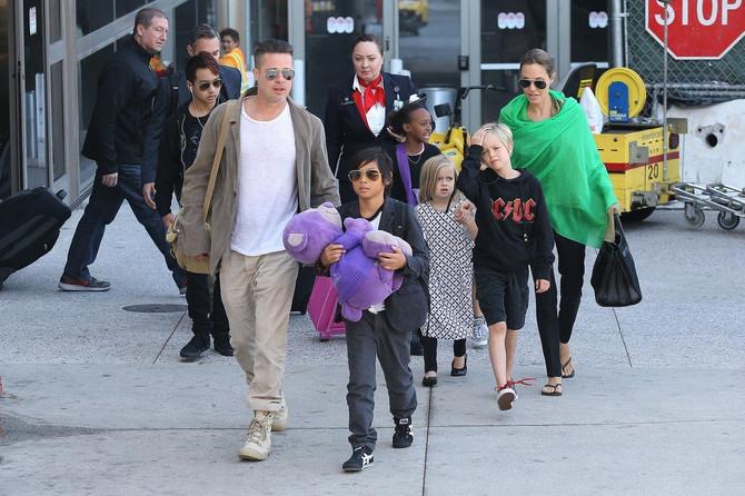 Bred i Anđa sa decom