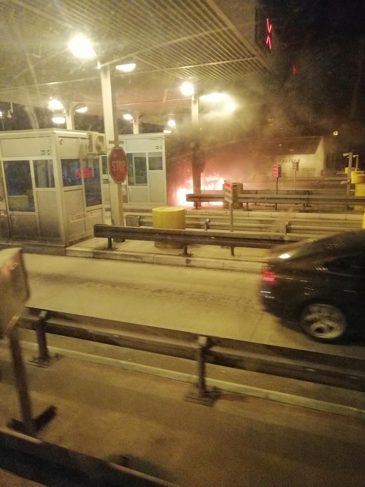 Auto se zapalio na naplatnoj rampi, Stara Pazova
