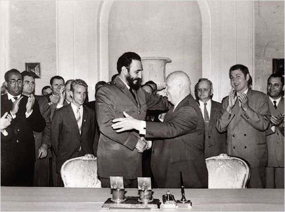 Fidel Kastro i Nikita Hruščov u zagrljaju koji je zaledio Ameriku