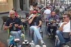 Sreli smo navijače Napolija u centru Beograda, a oni su imali poruku i za crno-bele /VIDEO/