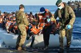 """Prebacivanje migranata na brod """"HMS Balvark"""""""