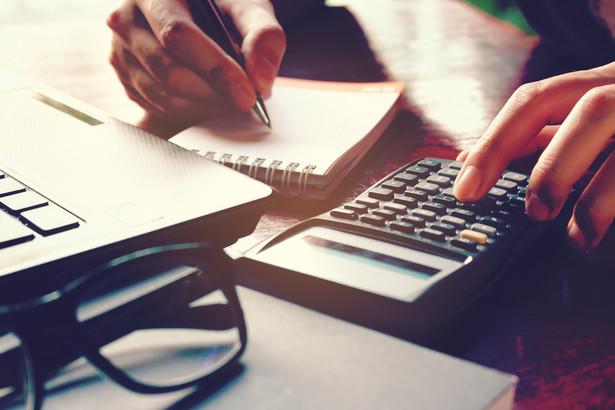 Jednostka spełniająca kryteria wielkościowe może sporządzić sprawozdanie uproszczone, jeśli organ zatwierdzający podjął decyzję.