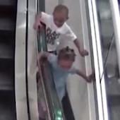 Dečak (3) je završio u LOKVI KRVI: Igrao se na pokretnim stepenicama, a onda je došlo do JEZIVE TRAGEDIJE (VIDEO)