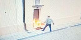 Oblał benzyną drzwi kościoła i podpalił. Po co to zrobił?