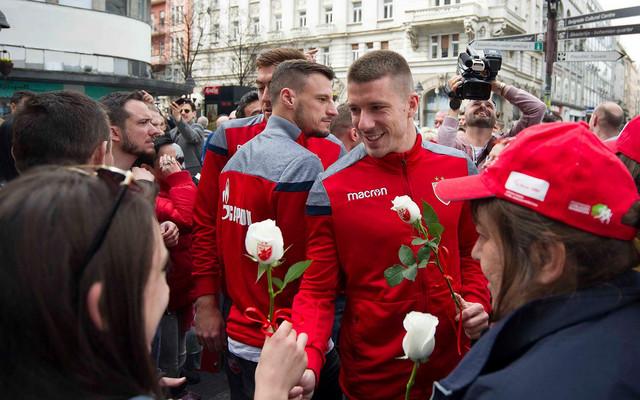 Dušan Jovančić uručuje cvet jednoj devojci povodom osmog marta