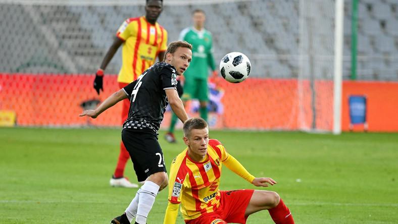 Piłkarz Korony Kielce Jakub Żubrowski (P) i Bartłomiej Babiarz (L) z Zagłębia Sosnowiec