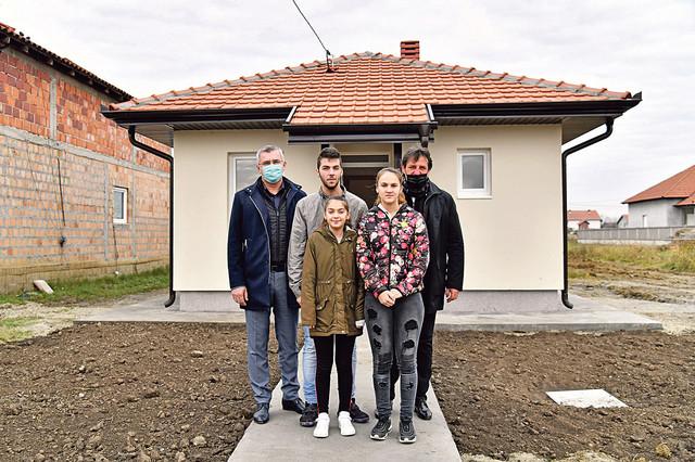 Petrovići ispred svog novog doma