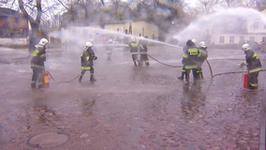 Dziewczyny ze straży pożarnej wkurzyły się na kolegów. Doszło do prawdziwej bitwy!