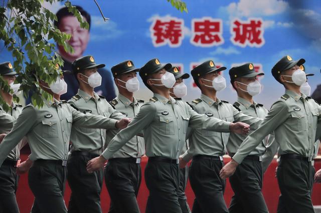 Kineski vojnici s maskama na Tjenanmen trgu u Pekingu