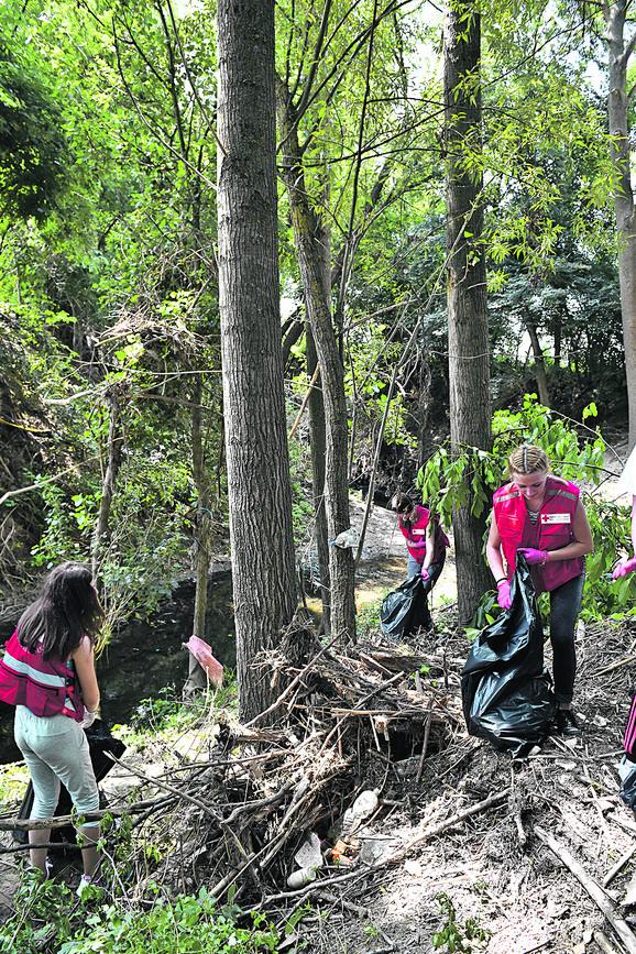 Iako je teren težak, volonteri nisu odustajali