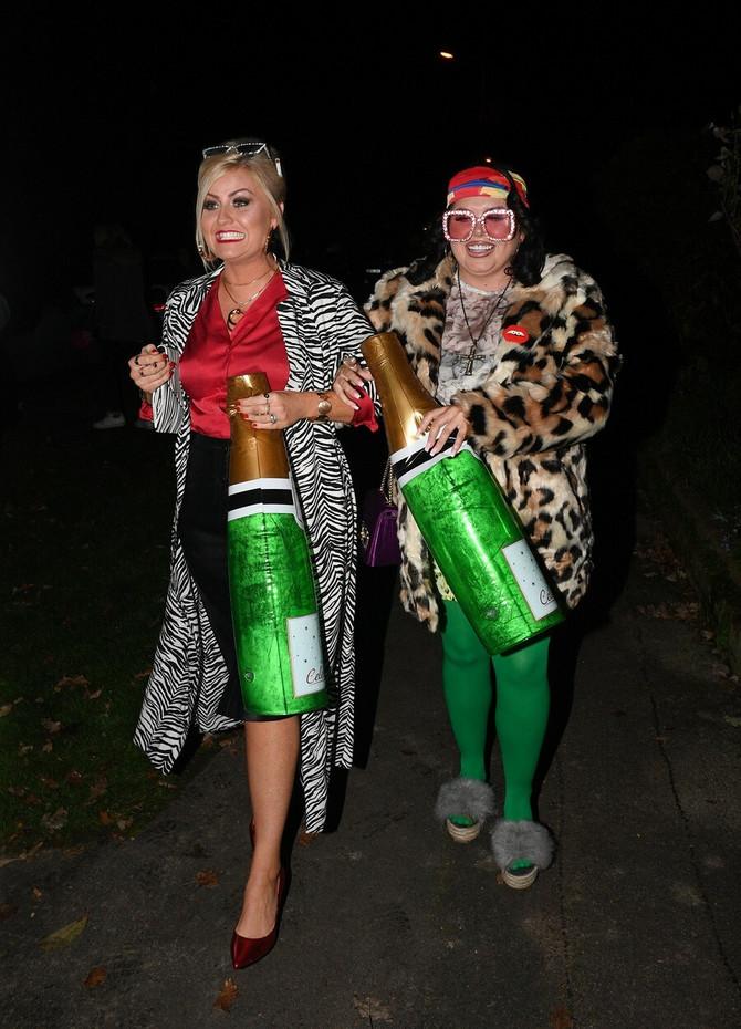Skarlet Mofat (desno) sa prijateljicom