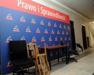 Karczewski: Politycy opozycji powinni potępić akty wandalizmu wymierzone w biura PiS