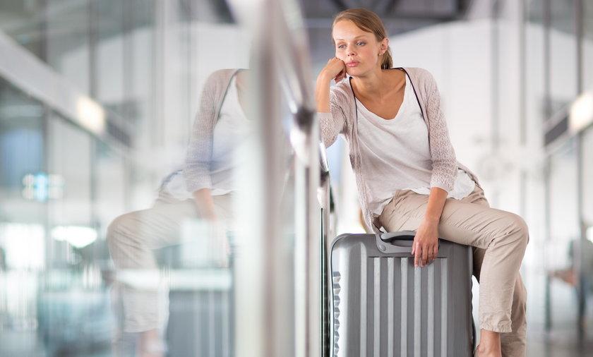 Kobieta czeka na opóźniony lot