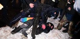Strajk kobiet. Protestujący na kolanach