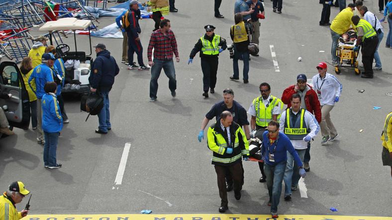 Słuzby ratunkowe na miejscu eksplozji w Bostonie