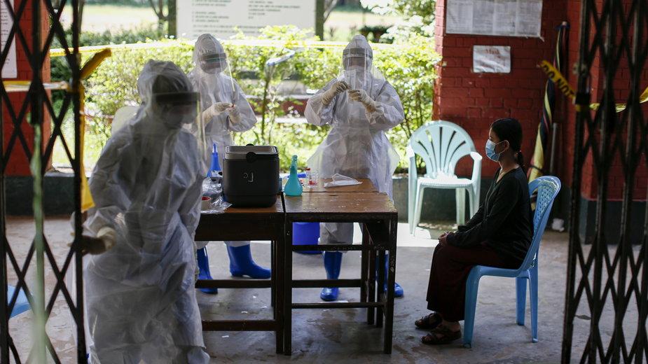 Milion ofiar koronawirusa na świecie. Na zdjęciu testy na COVID-19 w Birmie