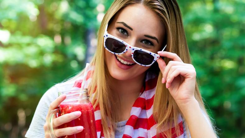 Kobieta pije smoothie